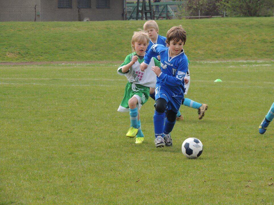 dzieci piłka boisko