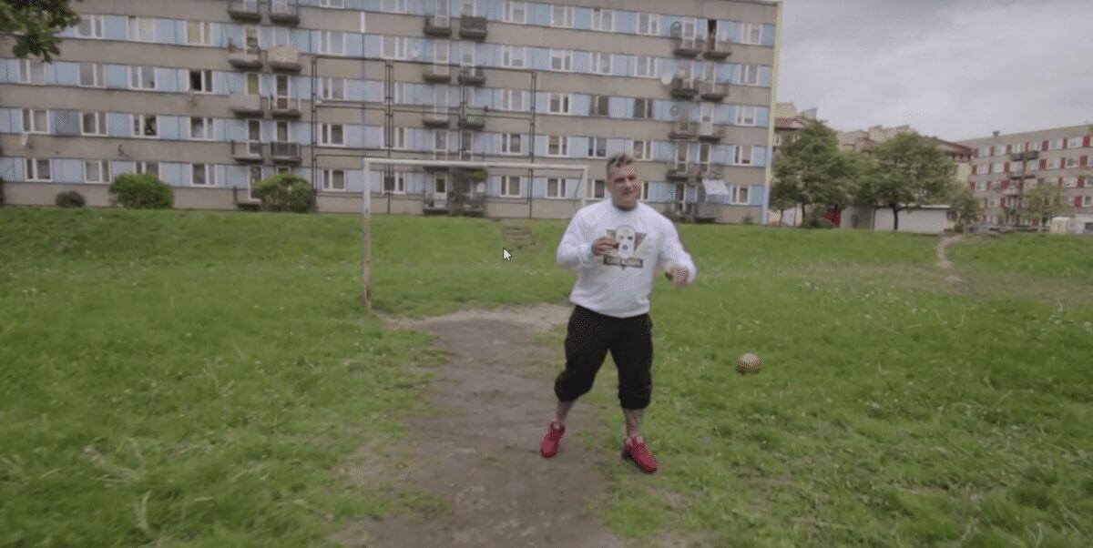 Popek grający w piłkę