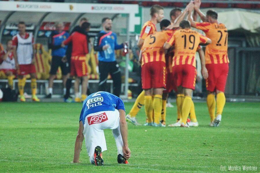 piłkarz Lecha klęczy przed Koroną zdobyć stadion Lecha