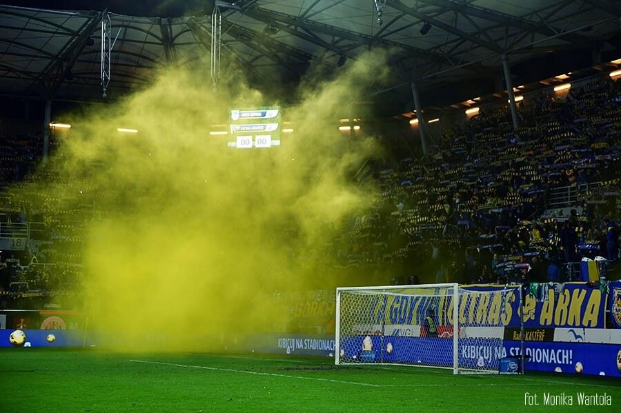 żółty dym Arka Gdynia podpoieczni Nicińskiego